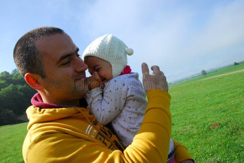 一起笑的父亲和的女儿 免版税图库摄影