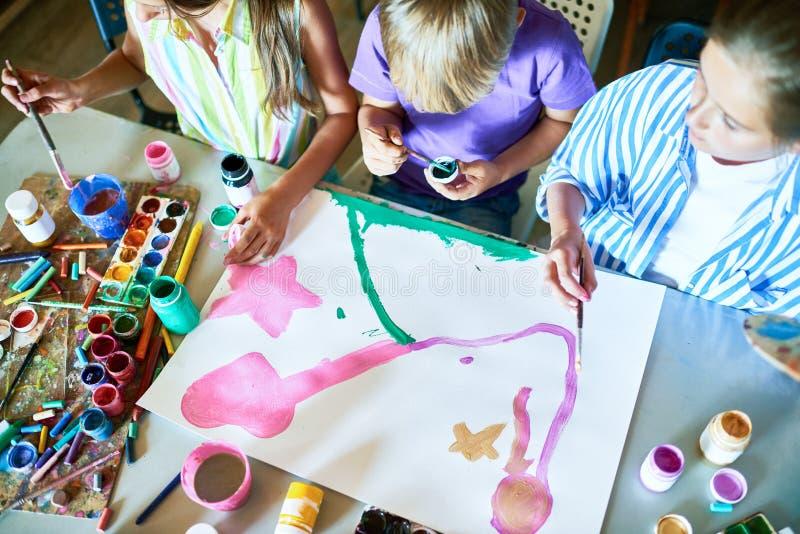 一起绘画的小组孩子在艺术课 库存照片