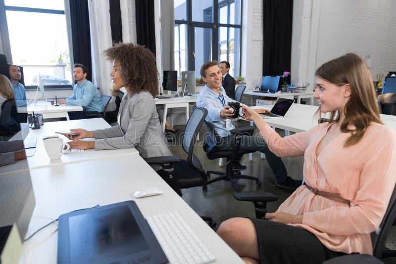 一起群策群力和沟通在创造性的办公室,专业队会议谈论的商人小组 免版税图库摄影