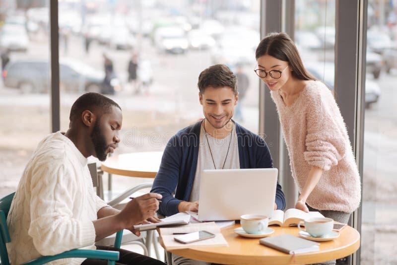 一起群策群力的小组年轻startupers 免版税库存照片