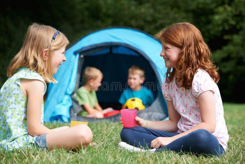 一起聊天在野营的两个女孩 免版税库存图片