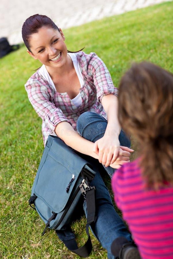 一起联系的女学生二 免版税库存图片