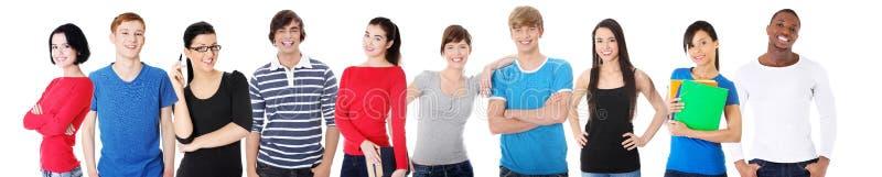 一起聚集大小组微笑的朋友。 免版税库存照片