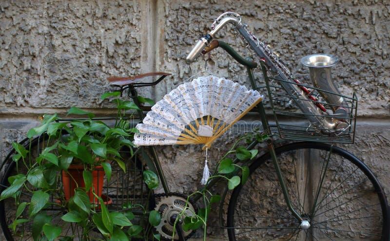 一起自行车和萨克斯管 免版税库存照片