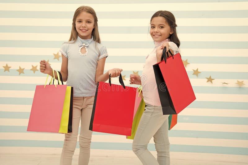 一起花费了不起的时间 孩子满足了购物的镶边背景 被购物和衣物购物中心占据心思 库存图片