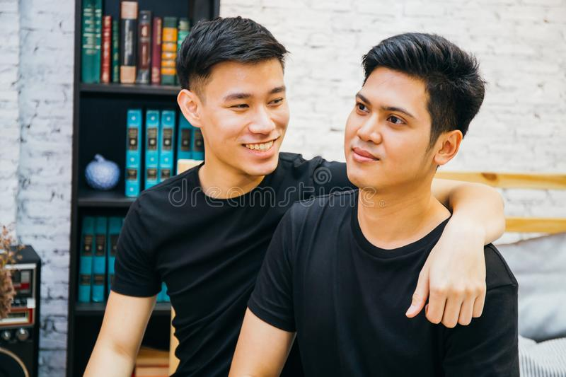一起花费时间的亚洲快乐夫妇在家 愉快的同性恋者画象-同性恋爱概念 免版税图库摄影
