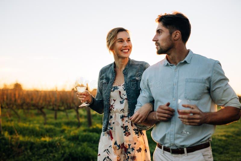 一起花费时间的夫妇在葡萄园 免版税库存照片