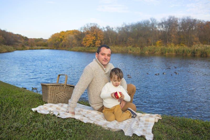 一起花费时间的家庭在新鲜空气上 免版税图库摄影