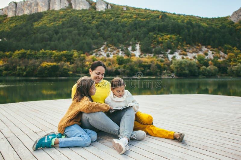 一起花费时间的家庭由湖 免版税库存照片