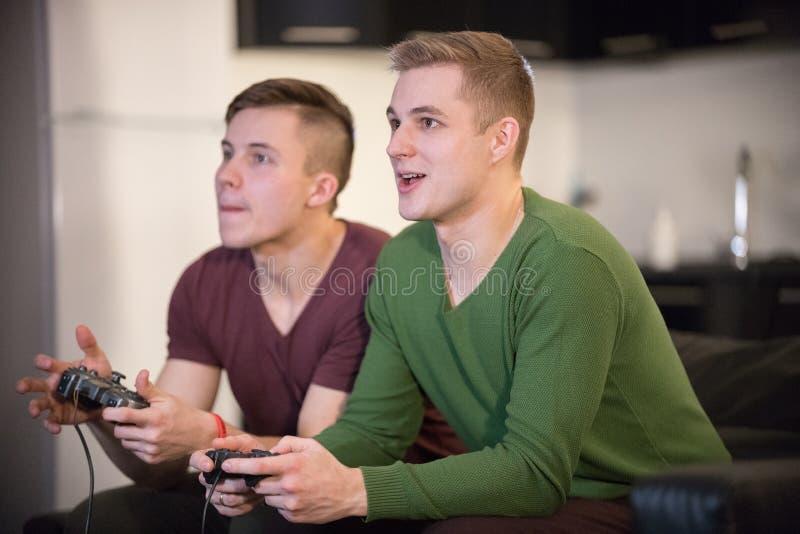 一起花费时间的年轻朋友公司  两打比赛的年轻人 免版税库存图片