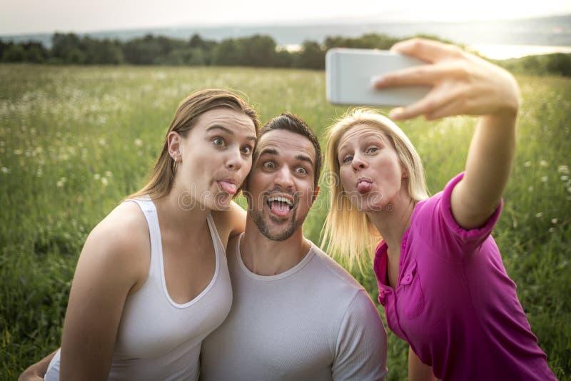 一起花费业余时间的愉快的朋友在a 免版税图库摄影