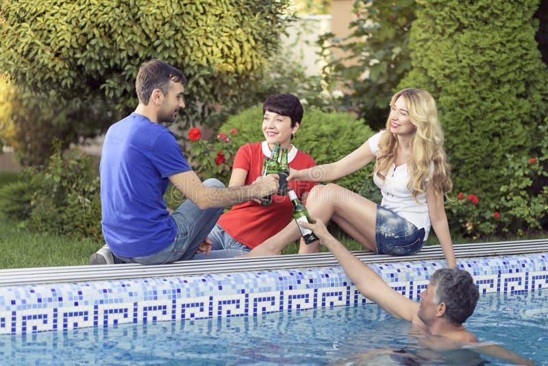 一起花费了不起的时间的愉快的家庭在水池 免版税库存图片