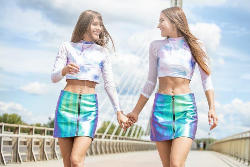 一起花费时间的两个美丽的孪生姐妹 图库摄影