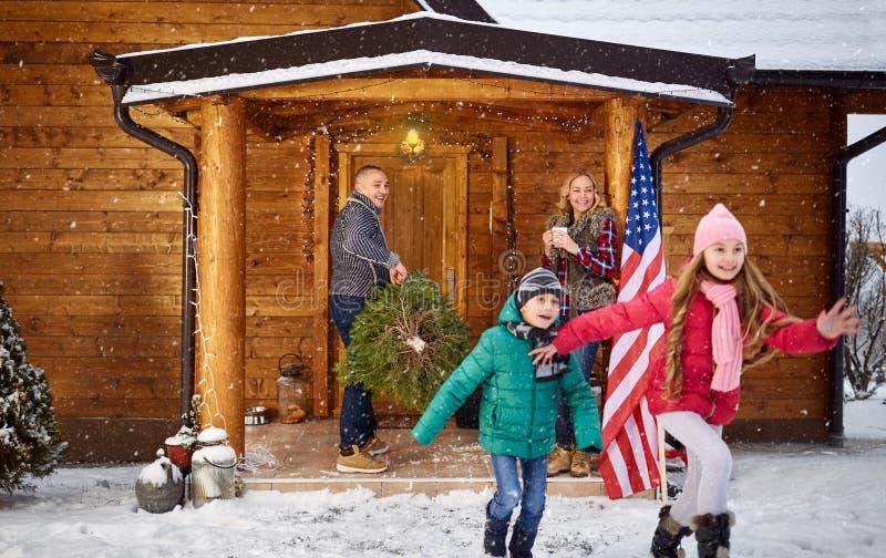 一起花费时间的家庭在圣诞节 免版税库存图片