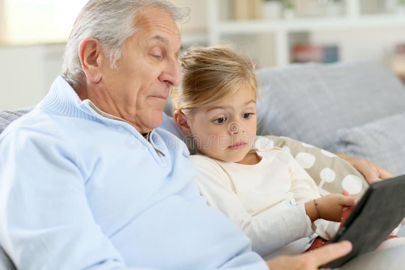 一起花费时间的小女孩和祖父 免版税图库摄影