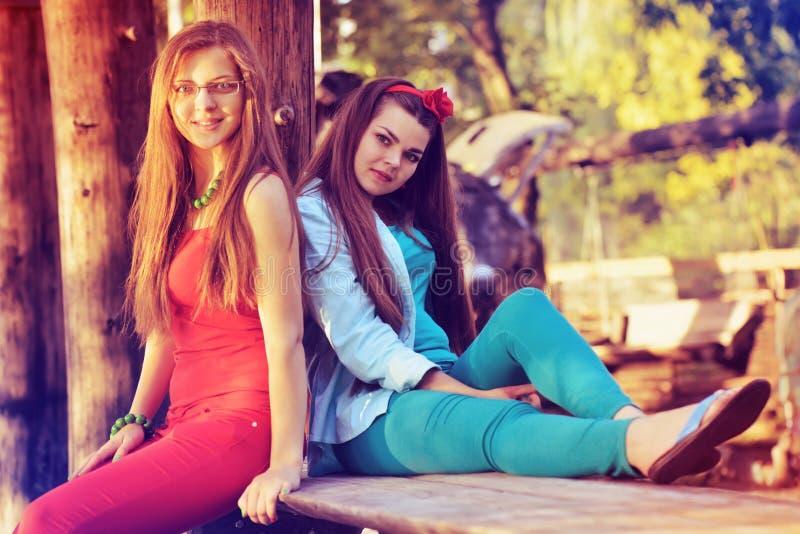 一起获得两个女孩的朋友乐趣 户外,生活方式 库存照片