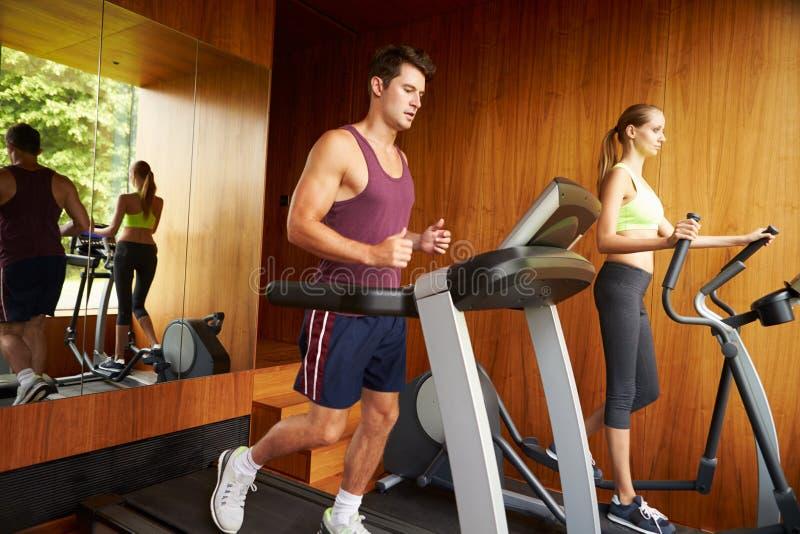一起行使在家庭健身房的夫妇 免版税库存照片