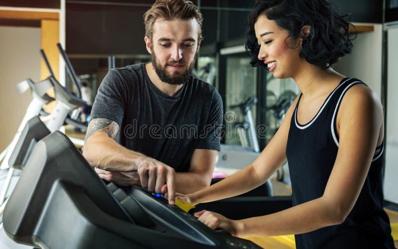 一起解决在健身房的夫妇 免版税库存图片