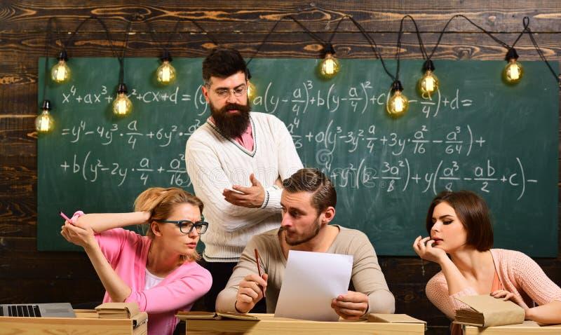 一起解决问题和做deision 业务问题 男人和妇女在学校或大学解决问题 免版税库存图片