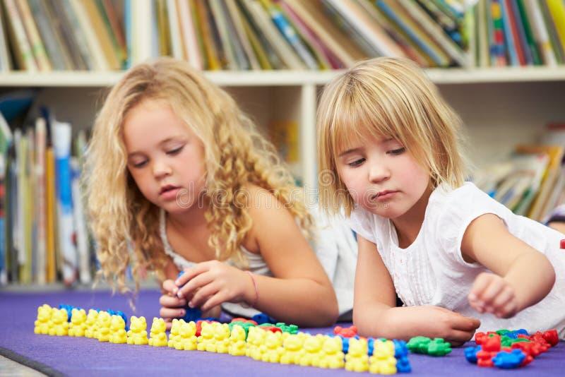 一起计数在教室的两个基本的学生 库存照片