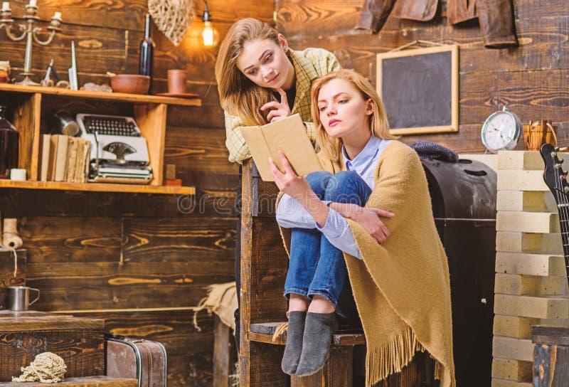 一起读的妈妈和的女儿有被集中的看起来的,家庭教育概念 美丽的白肤金发的夫人发笑  库存图片