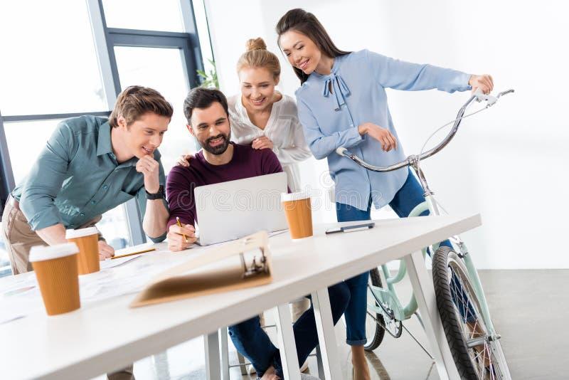 一起谈论和群策群力在工作场所的专业买卖人在办公室 免版税图库摄影