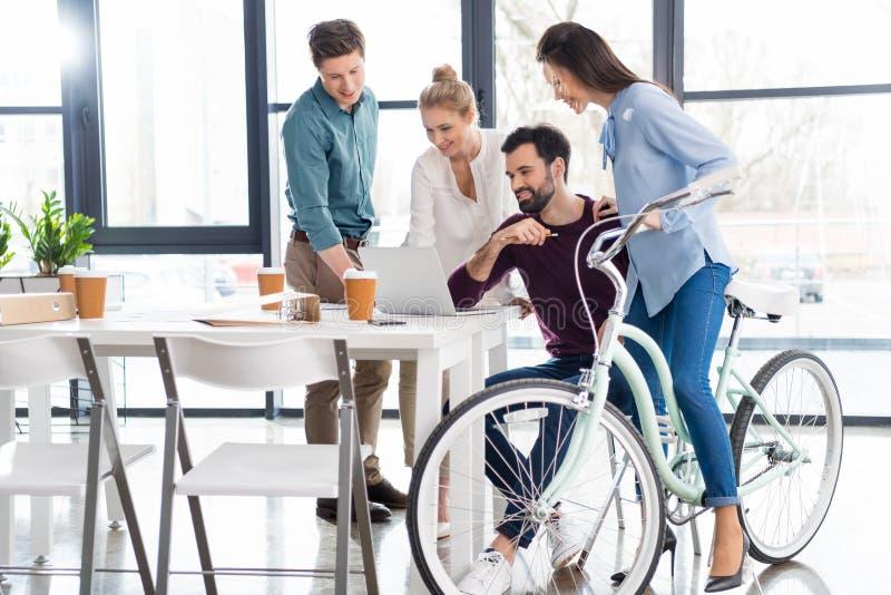 一起谈论和群策群力在工作场所的专业买卖人在办公室 库存照片