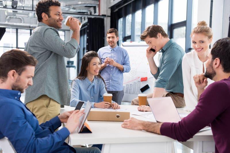 一起谈论和群策群力在工作场所的专业买卖人在办公室 库存图片