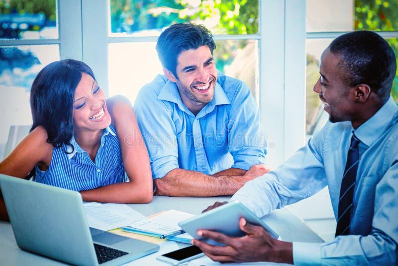 一起谈论夫妇和不动产的房地产经纪商 免版税图库摄影