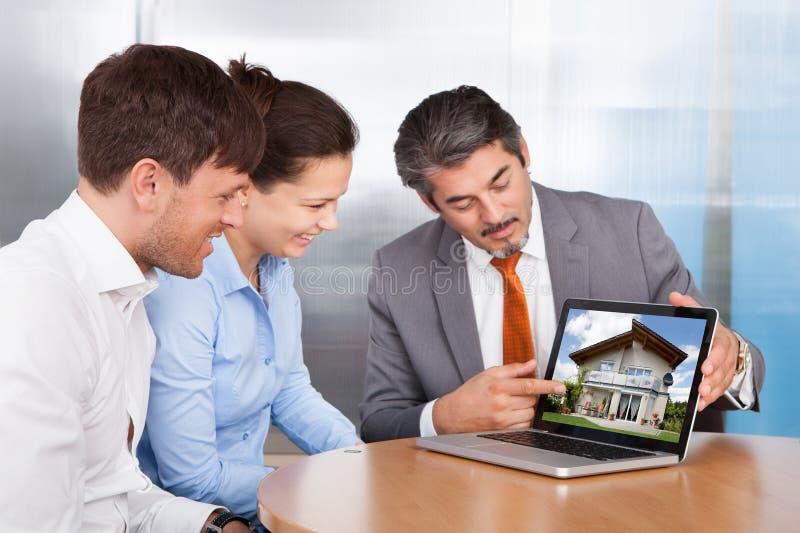 一起谈论的夫妇和的顾问 免版税库存照片