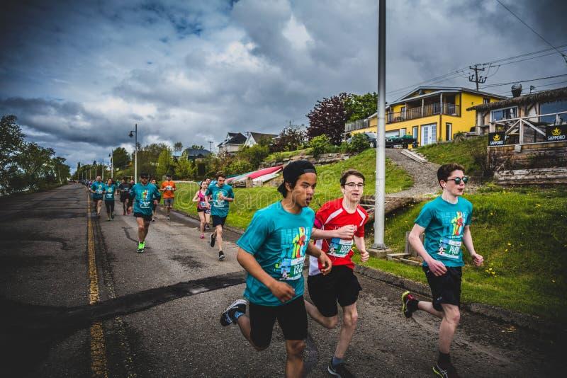 一起赛跑小组年轻赛跑者和的孩子 免版税库存图片