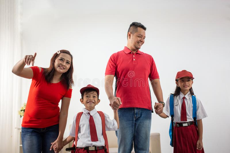 一起走到学校的小学生和父母 图库摄影