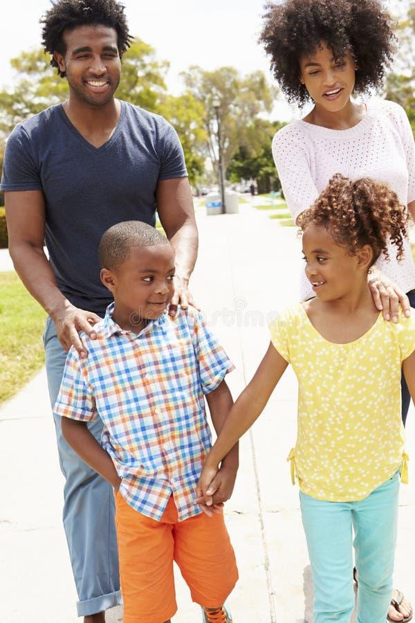 一起走在公园的家庭 免版税库存照片