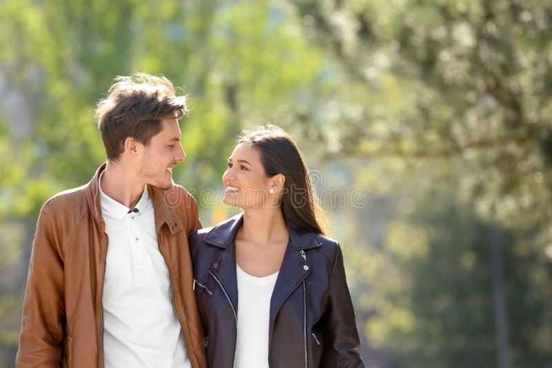 一起走在城市公园的愉快的年轻夫妇 库存图片