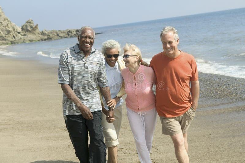 一起走在海滩的夫妇 库存图片