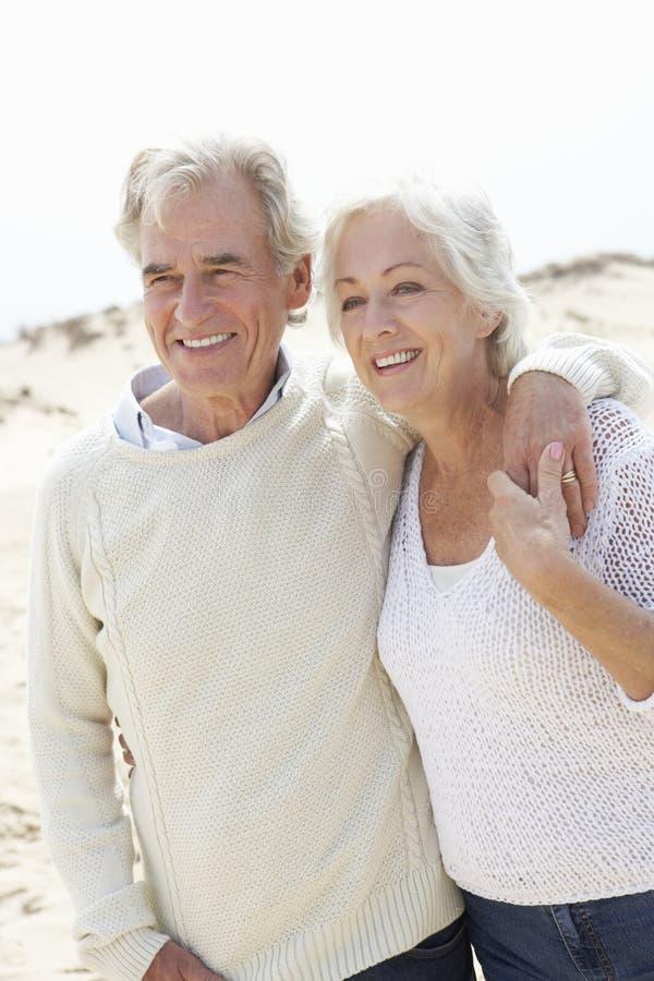 一起走沿海滩的高级夫妇 免版税库存图片