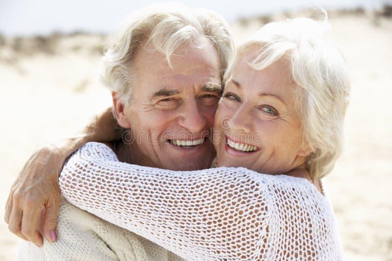 一起走沿海滩的高级夫妇 图库摄影