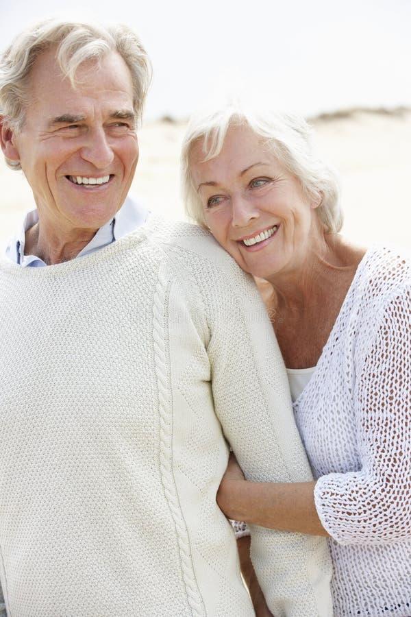 一起走沿海滩的高级夫妇 免版税库存照片
