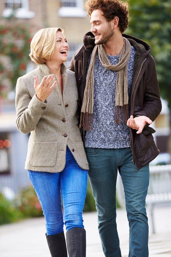 一起走通过城市公园的年轻夫妇 免版税库存照片