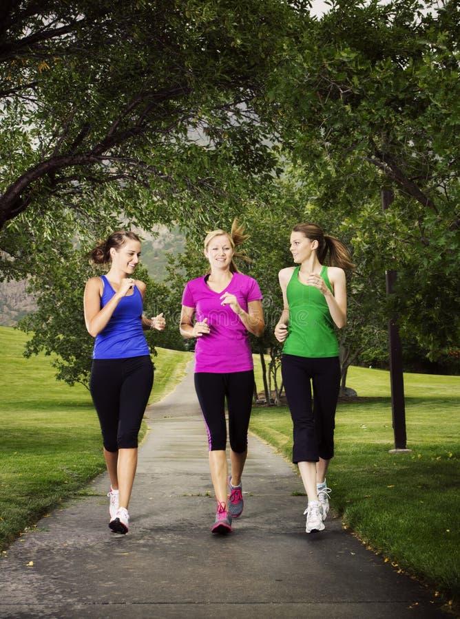 一起跑步的妇女 免版税库存图片