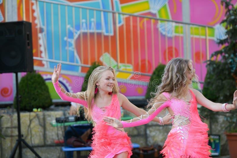 一起跳舞两的少女 跳舞高兴地 露天舞蹈表现 库存图片