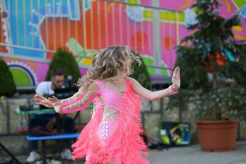 一起跳舞两的少女 跳舞高兴地 露天舞蹈表现 库存照片