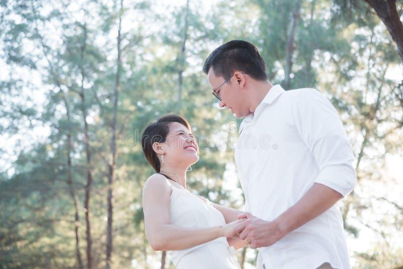 一起跳舞在公园的年轻夫妇 库存照片