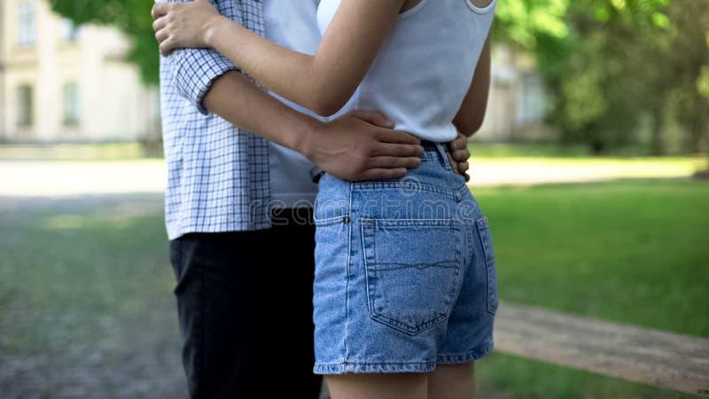一起跳舞在公园,浪漫日期的结合少年,愉快,不可思议的片刻 免版税图库摄影
