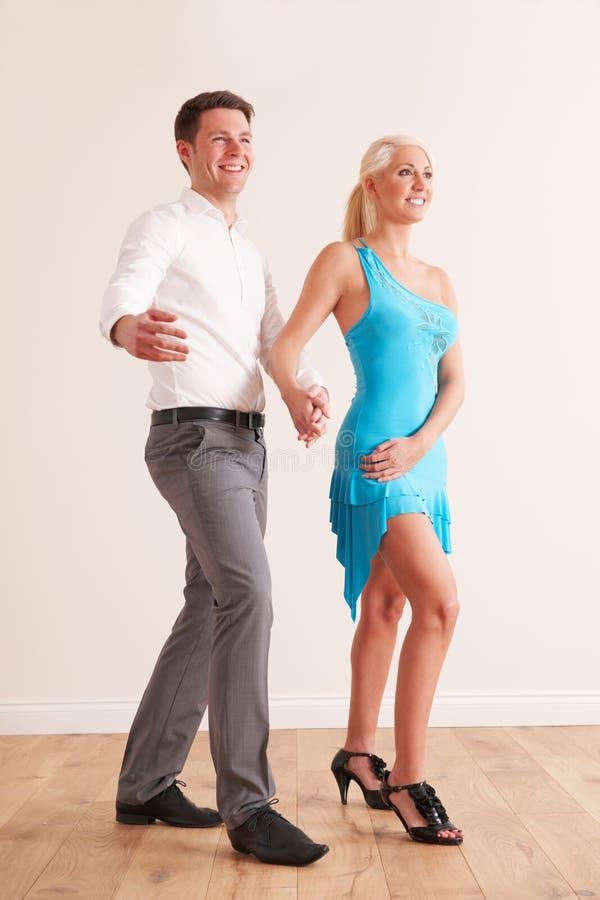 一起跳舞年轻的夫妇 免版税库存图片
