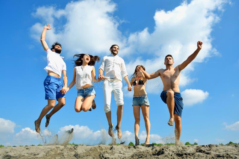一起跳跃室外的青年人的图象 免版税库存图片