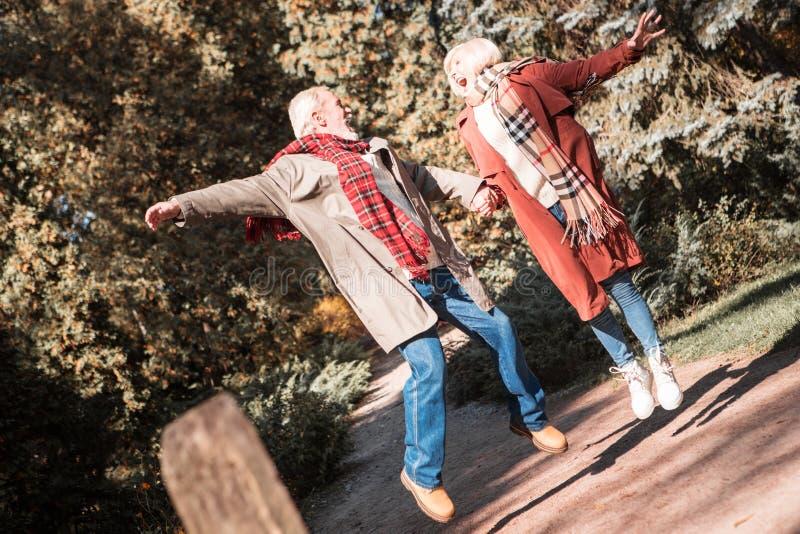 一起跳跃高兴愉快的年迈的人民  免版税库存图片