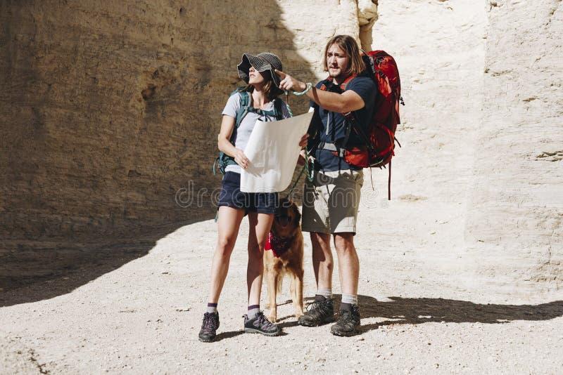 一起远足在原野的夫妇 库存照片