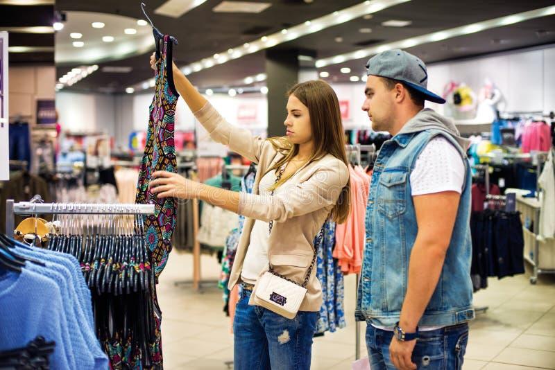 一起选择礼服的购物夫妇 免版税库存图片