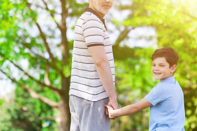 一起逗人喜爱的老人和他的孙 库存图片